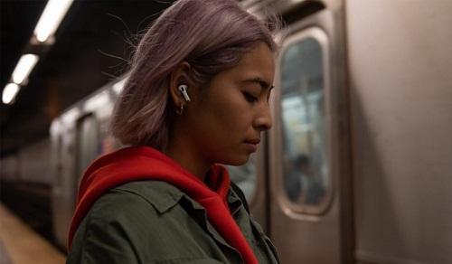 Hình ảnh người dùng đeo tai nghe Apple Airpods nơi công cộng đã quá quen thuộc. Ảnh: Apple