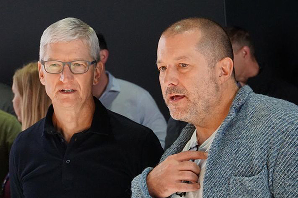 CEO Apple Tim Cook bên cạnh Jony Ive.