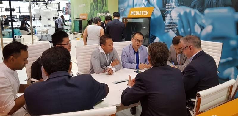 Ông Ngô Nguyên Kha (áo vest màu xanh nhạt) đang trao đổi cùng các đối tác tại triển lãm Gitex - Ảnh: MBS