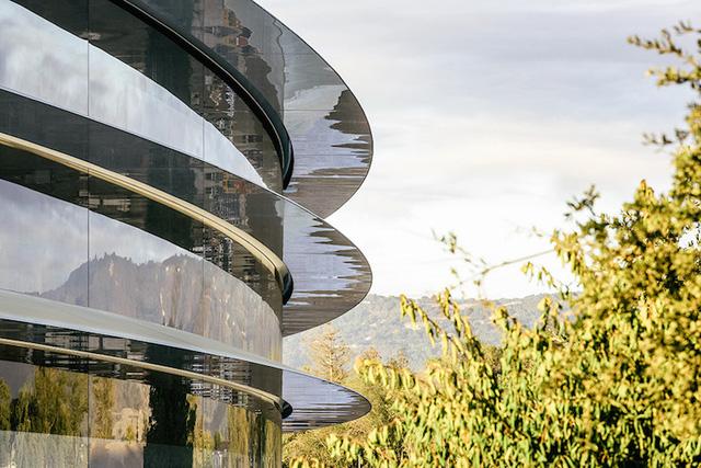 Tòa nhà bao gồm hơn 3.000 tấm kính cong khổng lồ được đặt làm tùy chỉnh cho phần lớn tòa nhà cao 4 tầng.