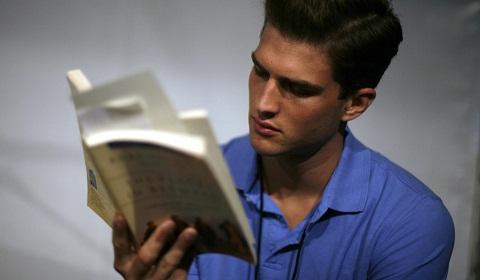 Bỏ thời gian lướt web và giải trí trên điện thoại mỗi năm, một người hoàn toàn có thể đọc 200 cuốn sách. (Ảnh: QZ)