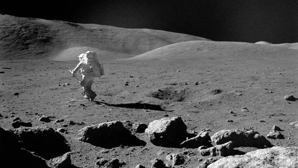 đi bộ trên mặt trăng