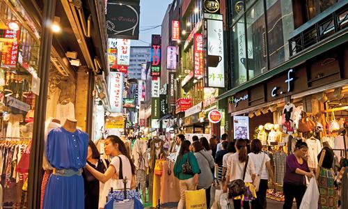 Khách mua sắm ở quận Myeongdong, Seoul, Hàn Quốc. Ảnh: AFP.