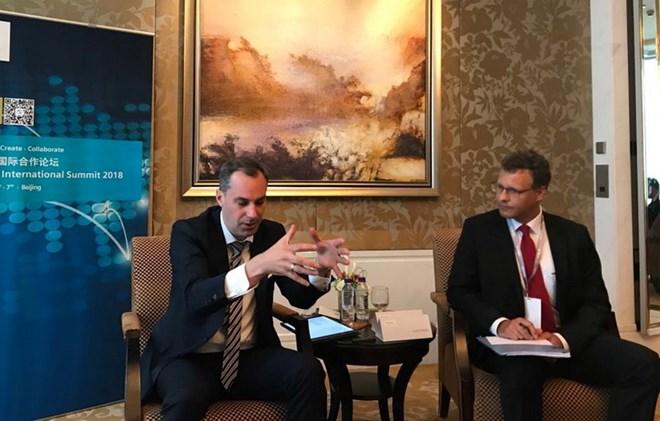 Ông Cedrik Neike (trái) trao đổi với các phóng viên bên lề hội nghị (Nguồn: PV/Vietnam+)