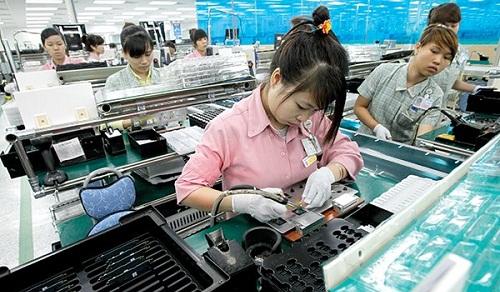 Việt Nam có thể trở thành công xưởng của thế giới dưới tác động của cuộc chiến tranh thương mại Mỹ-Trung. Trong ảnh: công nhân trong nhà máy sản xuất của Samsung. Ảnh: T.L