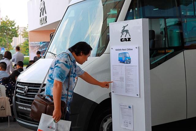 Một khách hàng đang đọc thông tin về mẫu xe buýt 19 chỗ ngồi GAZelle NEXT Citiline tại Vietnam AutoExpo 2018. Ảnh: Chí Cường