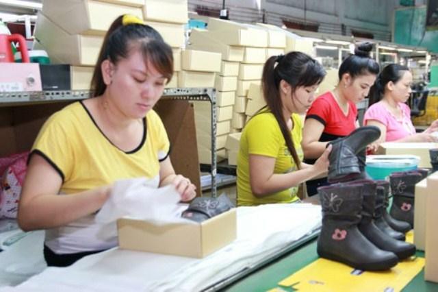 Công nhân một công ty gia công giày ở quận Tân Bình - TP HCM. Ảnh: VĨNH TÙNG