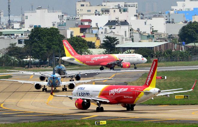Xếp hàng chờ bay là chuyện thường thấy tại sân bay Nội Bài