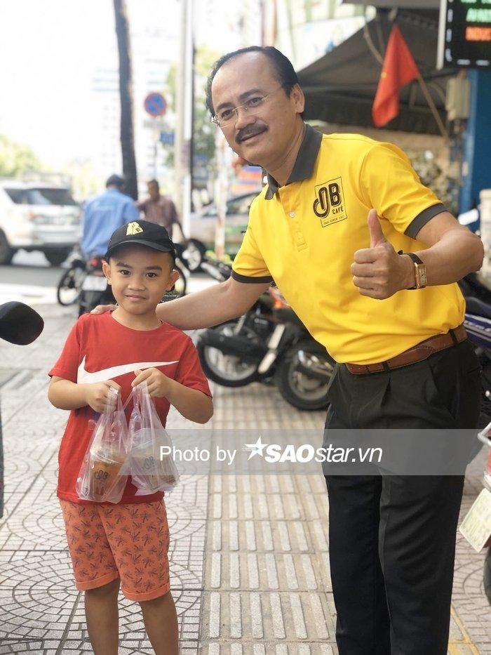 Cậu bé đứng xếp hàng để mua cà phê và trà đào, sau đó xin chụp ảnh với bầu Thắng.