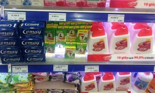 Xà bông cô Ba bày bán trên kệ siêu thị cùng nhiều thương hiệu khác.