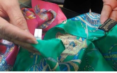 """Khaisilk mất thương hiệu vì cắt mác, dán nhãn """"made in Vietnam"""" cho những sản phẩm được nhập về từ Trung Quốc. (Ảnh minh họa: KT)"""