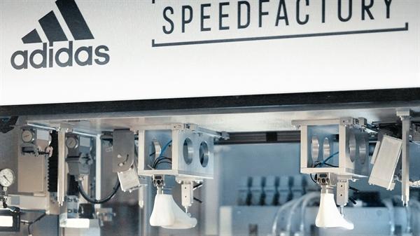 Một khâu trong dây chuyền sản xuất giày Adidas được tự động hoá.