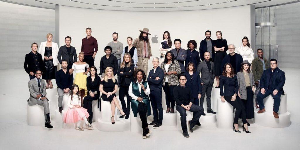 Các nghệ sĩ hợp tác với AppleTV Plus chụp ảnh cùng CEO Tim Cook