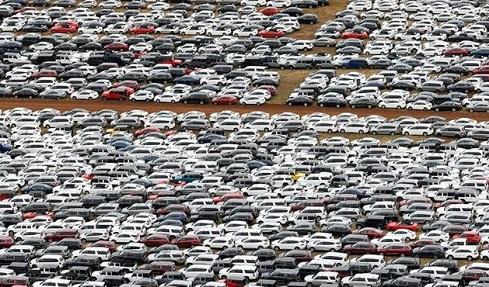 Các bãi đỗ xe tại Mỹ hết chỗ chứa vì nhu cầu hạn chế trong đại dịch COVID-19.