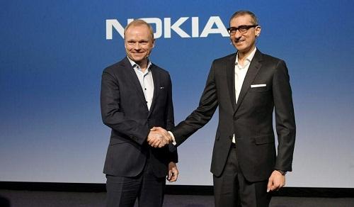 Giám đốc điều hành mới của Nokia, ông Pekka Lundmark bắt tay với cựu Chủ tịch Rajeev Suri (phải) sau cuộc họp báo tại trụ sở Nokia ở Espoo, Phần Lan ngày 2 tháng 3 năm 2020. Ảnh REUTERS