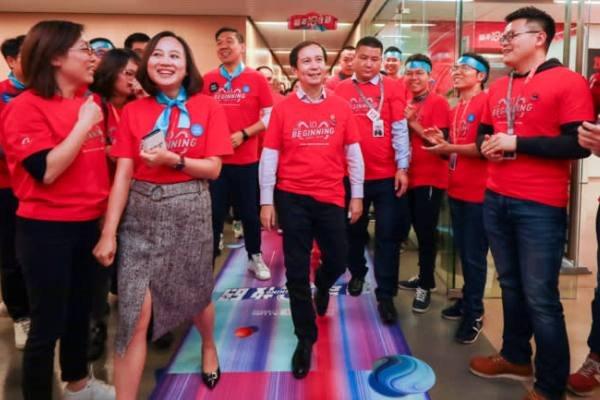 Giám đốc điều hành Alibaba Daniel Zhang (giữa) sẽ lên nắm quyền điều hành cao nhất của Alibaba giữa lúc tập đoàn này đối mặt với nhiều thách thức. Ảnh: Getty