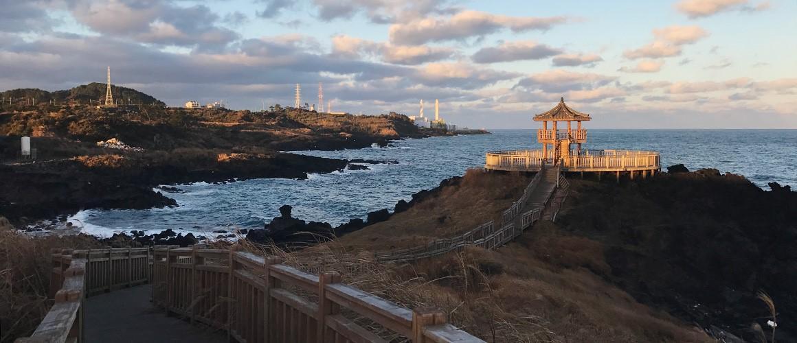Những tia nắng của một chiều hoàng hôn mùa thu khiến đường ven biển Dakmeoreu trở nên đẹp dịu dàng