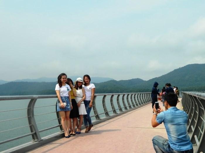 cầu hồ kẽ gỗ