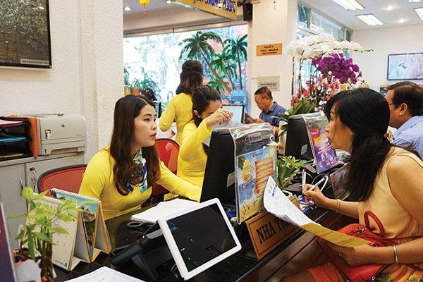 Khách hàng chọn mua tour du lịch dịp Giáng sinh và năm mới tại một công ty du lịch ở TPHCM. Ảnh: Minh Duy.