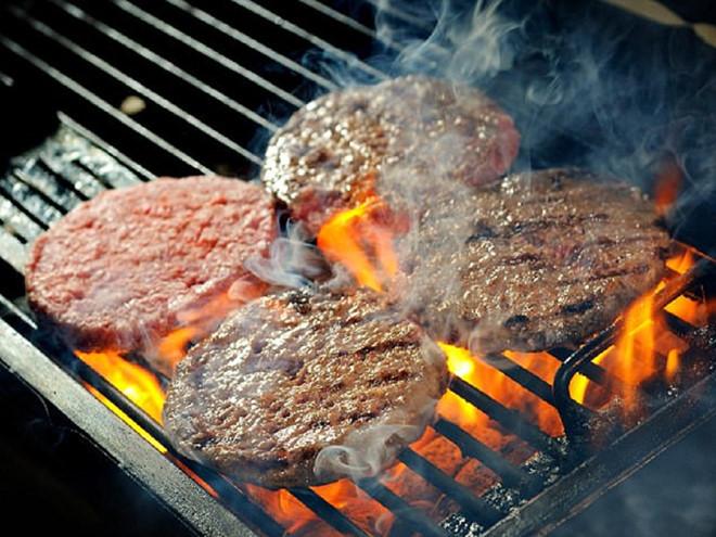 Nấu một số thực phẩm ở nhiệt độ cao, như nướng, chiên, xào, có thể tạo ra các hợp chất có hại làm tăng nguy cơ ung thư Ảnh: Shutterstock