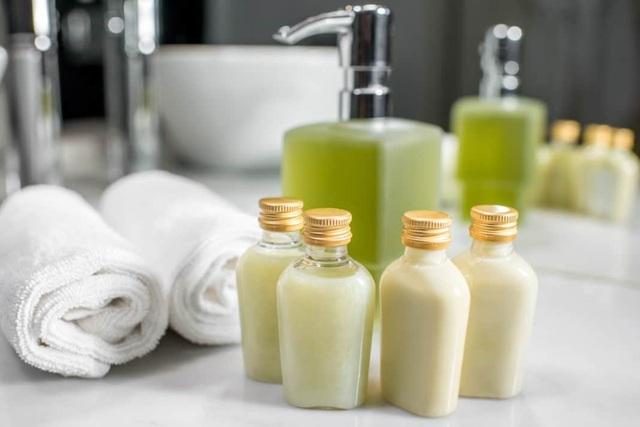 Nhiều khách sạn cao cấp phục vụ những món đồ dưỡng thể miễn phí cho khách hàng, nhưng không bao gồm kem đánh răng và bàn chải