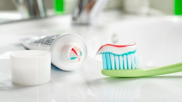 Hãy mang theo bộ kem đánh răng và bàn chải riêng của mình trong mỗi chuyến đi