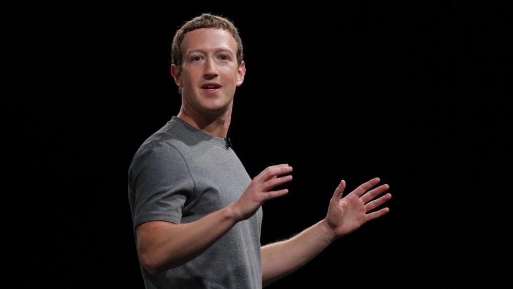CEO Facebook Mark Zuckerberg luôn chỉ mặc đúng một kiểu áo phông màu xám (ảnh: AP)