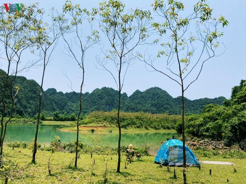 Cắm trại bên hồ Nong Dùng.