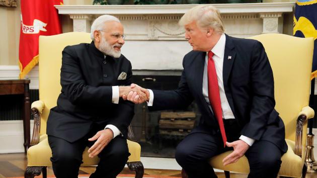 Tổng thống Donald Trump bắt tay với Thủ tướng Ấn Độ Narendra Modi khi họ bắt đầu cuộc họp tại Phòng Bầu dục của Nhà Trắng ở Washington, vào ngày 26 tháng 6 năm 2017.