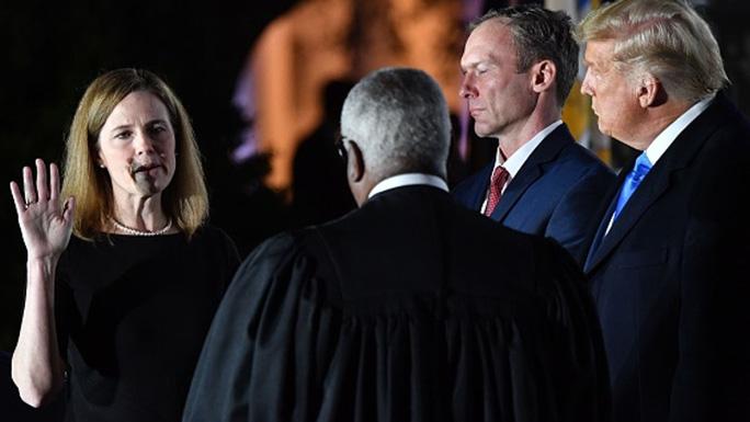 Bà Barrett (trái) tuyên thệ tại Nhà Trắng hôm 26-10. Ảnh: Sky News