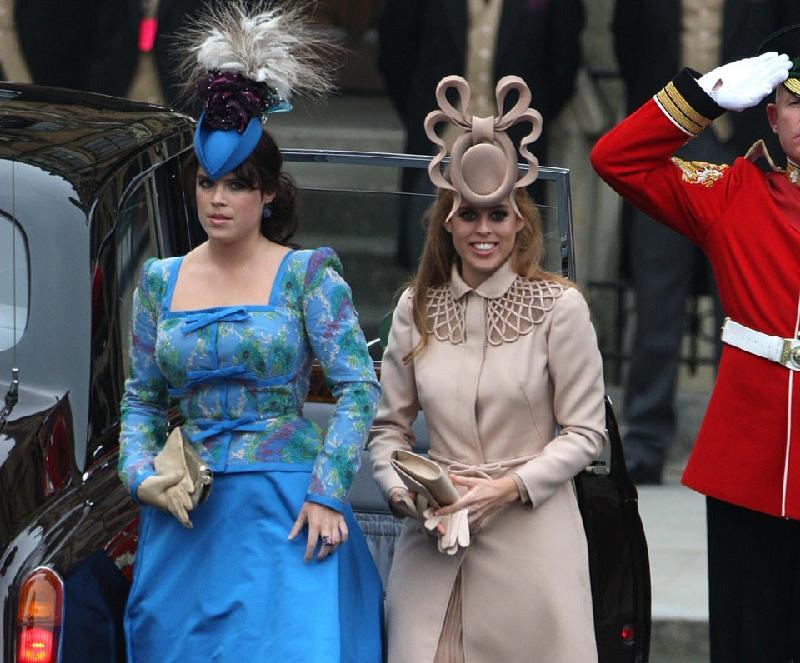Công chúa Beatrice (phải) và công chúa Eugenie - Ảnh: AP.