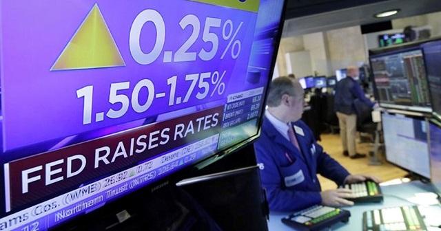 Lãi suất tăng đẩy cung - cầu của nền kinh tế xuống thấp hơn. Ảnh: AP.