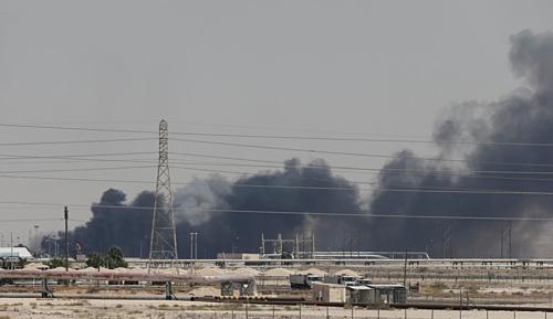 Khói bốc lên từ nhà máy bị tấn công của Aramco tại Saudi Arabia. (Ảnh:Reuters)