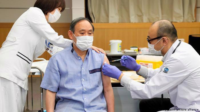 Thủ tướng Nhật Bản Yoshihide Suga tiêm mũi vaccine Covid-19 đầu tiên vào ngày 16/3 - Ảnh: AP
