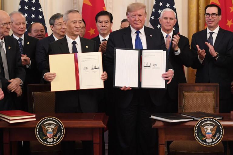 Phó Thủ tướng Trung Quốc Liu He và Tổng thống Hoa Kỳ Donald Trump ký