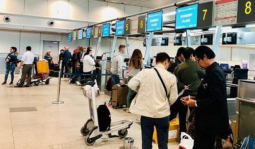 Hành khách làm thủ tục tại một sân bay ở nước ngoài để bay về Việt Nam - Ảnh: CÔNG TRUNG