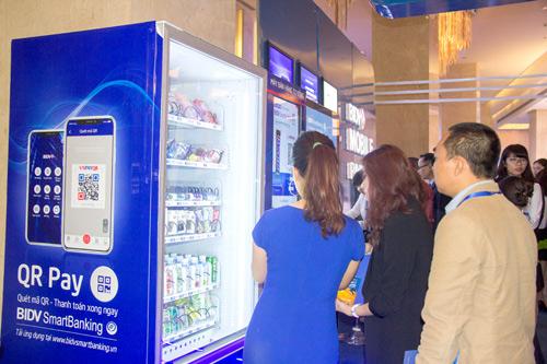 Hình ảnh máy bán hàng tự động thanh toán bằng QR Pay trên Mobile Banking