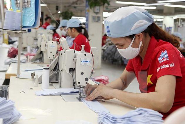 May hàng xuất khẩu tại Xí nghiệp 2, Garco 10 Long Biên, Hà Nội. (Ảnh: Trần Việt/TTXVN)