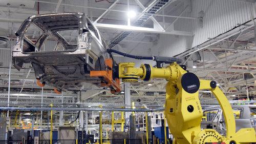 Robot lắp rắp ô tô tại một nhà máy. Ảnh: Autoblog.
