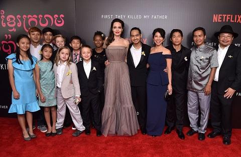 Gia đình đạo diễn Angelina Jolie cùng đoàn làm phim