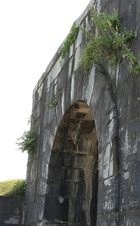 gốc cổng thành nhà hồ