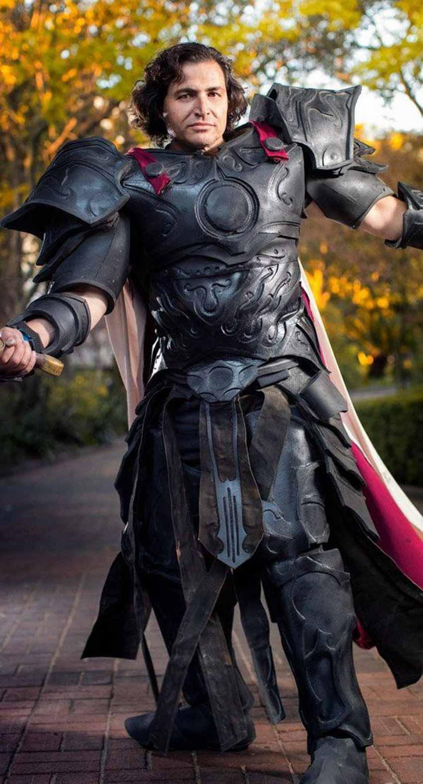 Trang phục Greyling trong một bộ giáp cosplay được thiết kế riêng