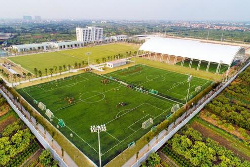 PVF Hưng Yên sở hữu hệ thống 1 sân thi đấu chính và 06 sân tập kích thước tiêu chuẩn 11v11 với mặt cỏ được chứng nhận FIFA Quality Pro.