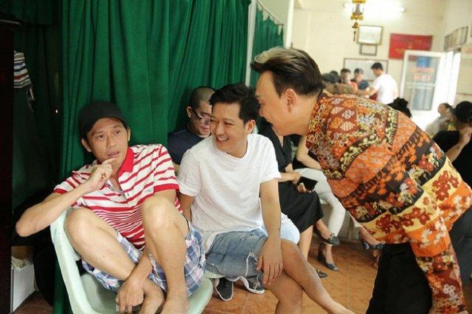 Hoài Linh, Trường Giang, Chí Tài tập ở hậu trường sân khấu Trống Đồng.