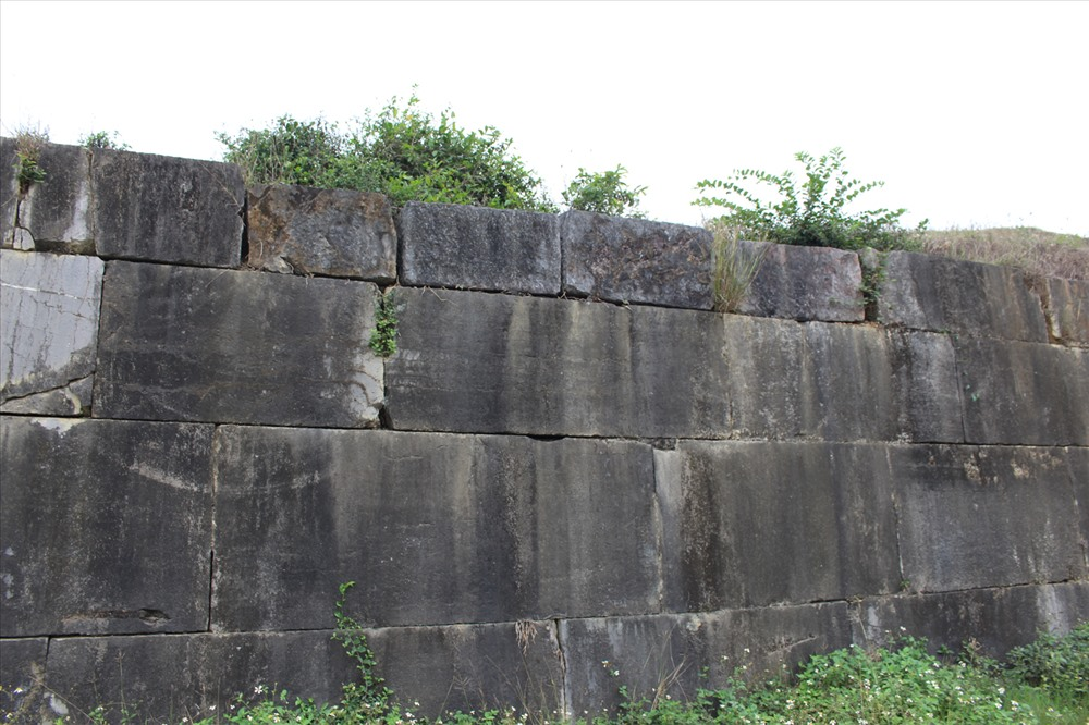 tường thành đá nhà hồ