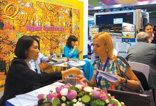 Doanh nghiệp du lịch quảng bá tại Hội chợ Du lịch Quốc tế lần thứ 12 tại TPHCM. Ngoài những kênh quảng bá hình ảnh truyền thống như tham gia hội chợ, mua quảng cáo trên các phương tiện truyền thông thì việc quảng cáo qua các blog du lịch là một kênh quảng cáo mới của ngành du lịch. Ảnh: Đào Loan