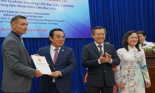 Lãnh đạo tỉnh Bạc Liêu trao quyết định chủ trương đầu tư dự án nhà máy điện khí tự nhiên hóa lỏng (LNG) Bạc Liêu.