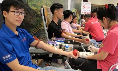 Những người hiến máu tình nguyện được lựa chọn nhận quà bằng hiện vật hoặc dịch vụ khám bệnh từ 1/11. Ảnh. Nam Phương