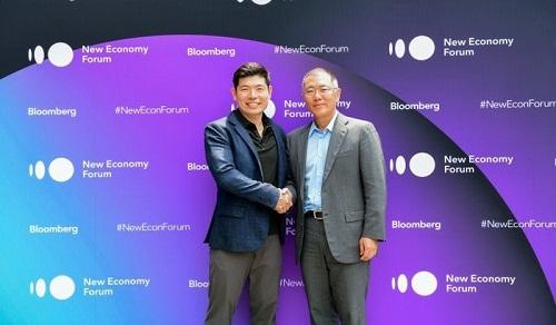 CEO Anthony Tan của Grab (trái) và Euisun Chung - Phó chủ tịch điều hành của Hyundai Motor Group (phải) bắt tay thỏa thuận, đánh dấu khoản đầu tư trị giá 250 triệu USD mới nhất